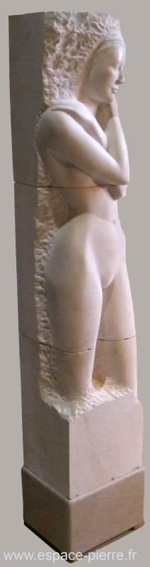 femme nue en pierre de taille - art en pierre