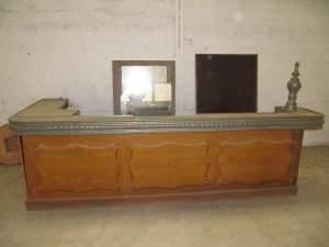 Bar 1900 avant restauration - la peinture faux-bois recouvre le chêne d'origine